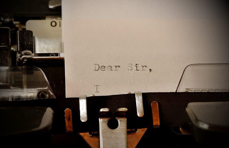 在老打字机键入的文本亲爱的先生 免版税库存照片