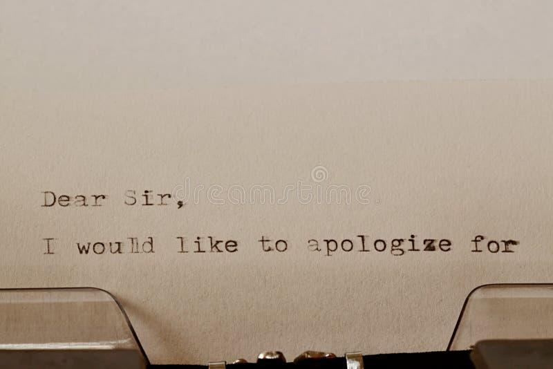 在老打字机键入的文本亲爱的先生 库存图片
