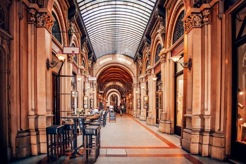 在老拱廊费斯特尔段落里面的咖啡馆在有专栏和玻璃屋顶的维也纳 图库摄影