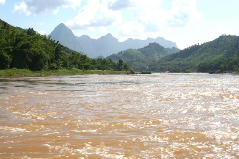 在老挝和泰国之间的湄公河 免版税库存图片