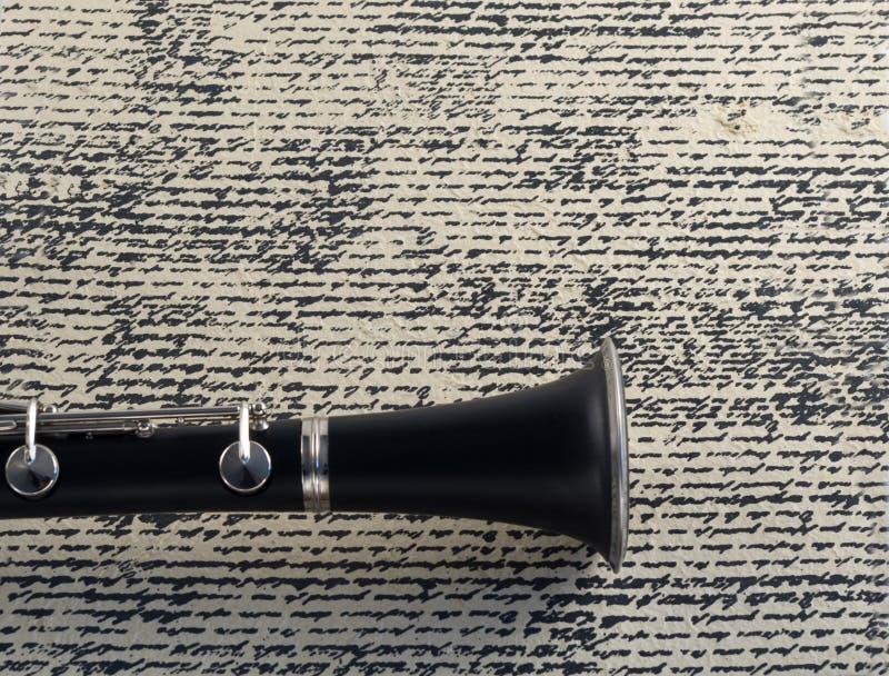在老文字背景的单簧管响铃 免版税库存照片