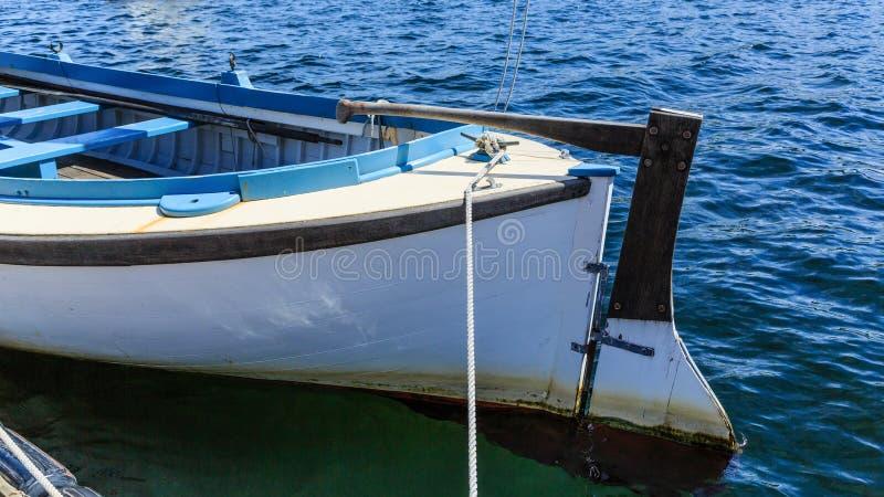 在老木划艇的船舵 图库摄影