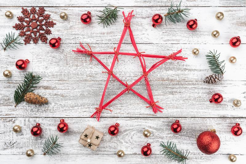 在老木头圣诞节背景的框架  Xmas项目 一个星在中部 顶视图 免版税库存照片