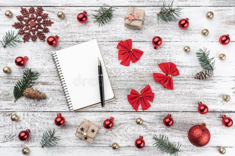 在老木头圣诞节背景的框架  Xmas项目 2007个看板卡招呼的新年好 顶视图 库存照片