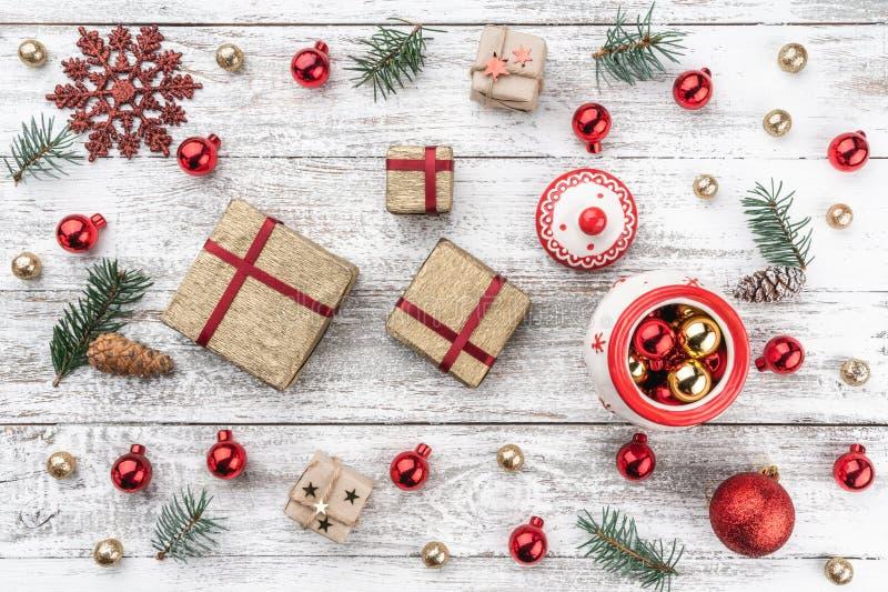 在老木头圣诞节背景的框架  Xmas项目 亲人的礼物 顶视图 免版税图库摄影