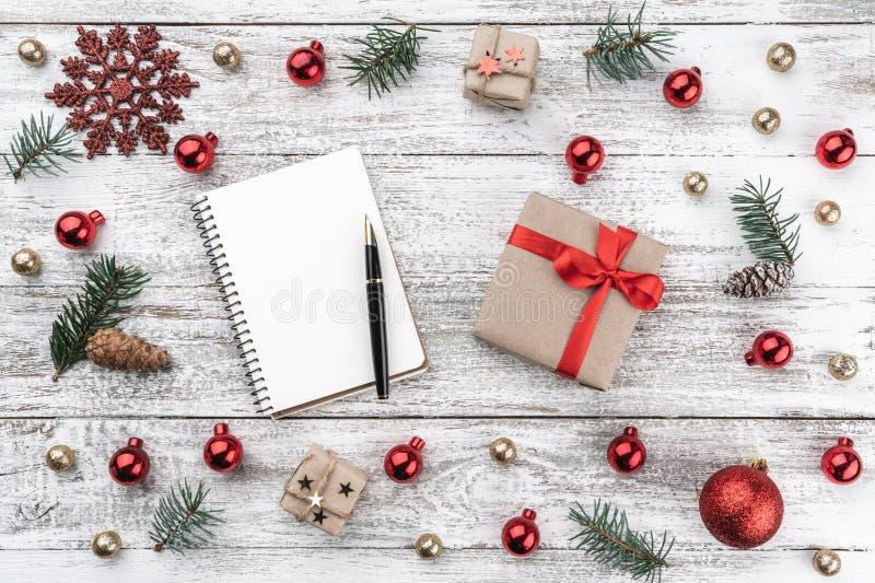 在老木头圣诞节背景的框架  Xmas项目 贺卡和礼物亲人的 顶视图 库存图片