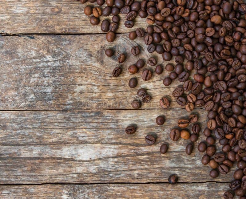 在老木头的咖啡豆 库存图片