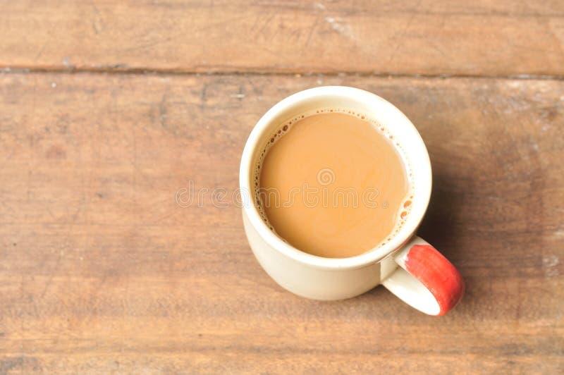 在老木板条的热的咖啡 库存照片