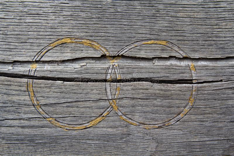 在老木板条的结婚戒指 免版税库存图片