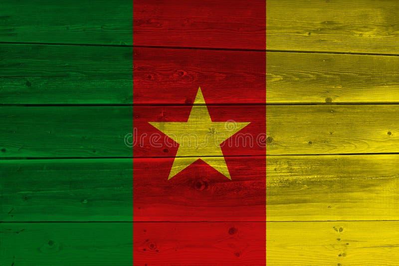 在老木板条绘的喀麦隆旗子 图库摄影