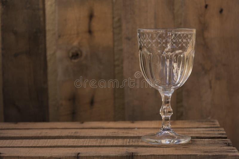 在老木桌上的克里斯特尔玻璃杰作 库存图片
