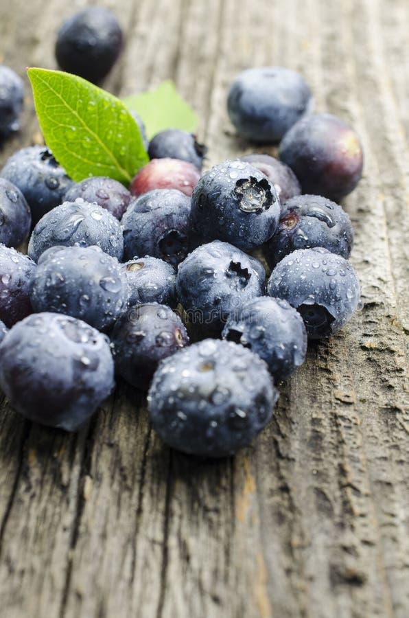在老木桌上的新鲜的蓝莓 免版税图库摄影