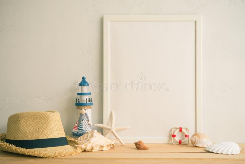 在老木桌上的白色葡萄酒照片框架在白色墙壁ba 库存图片