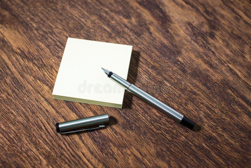 在老木桌桌上的贴纸 图库摄影