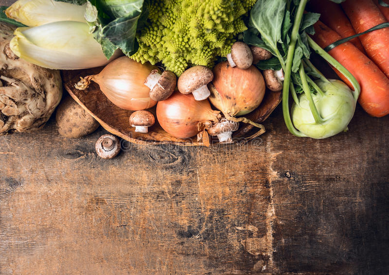 在老木桌,食物背景上的新鲜蔬菜 免版税库存图片