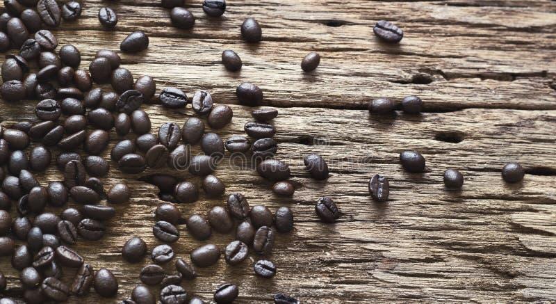 在老木背景的咖啡豆 免版税库存照片