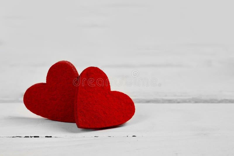 在老木背景的情人节红心 - 图象 免版税图库摄影