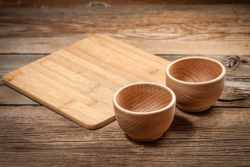 在老木背景的木碗 库存照片