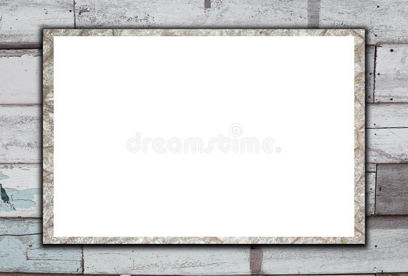 在老木背景的空白的石广告牌 免版税库存图片