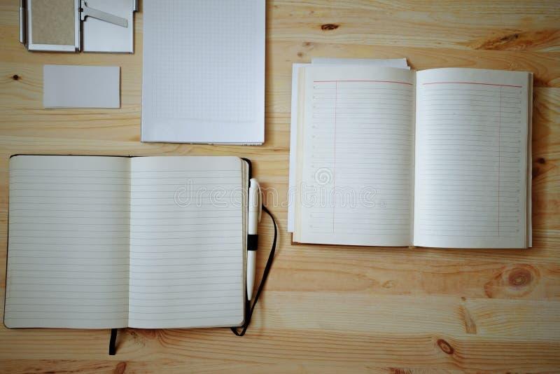 在老木背景设置的空白的文具:名片、小册子、笔记本、笔记薄和笔 例证百合红色样式葡萄酒 免版税库存图片