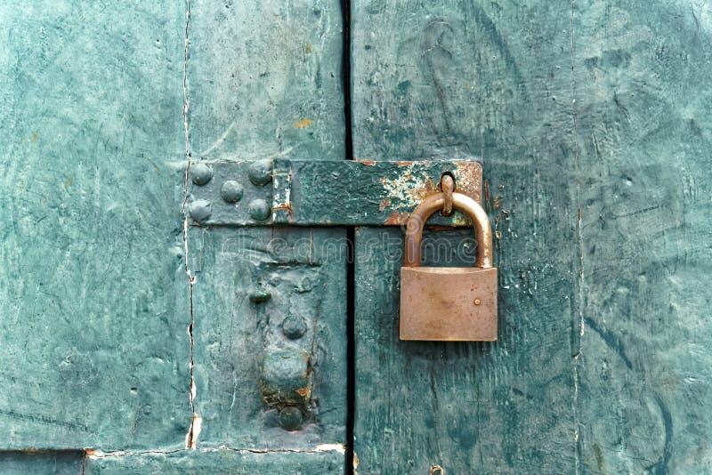 在老木门的古板的锁 库存照片