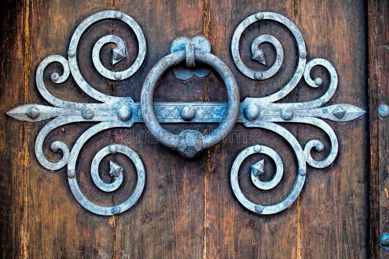 在老木门的古老敲门人 免版税库存照片