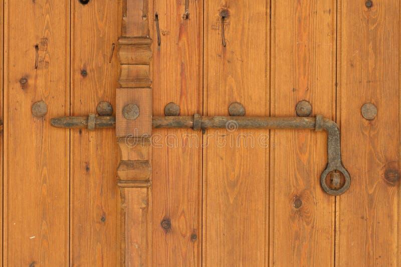在老木门的葡萄酒生锈的deadbolt 水平 免版税图库摄影