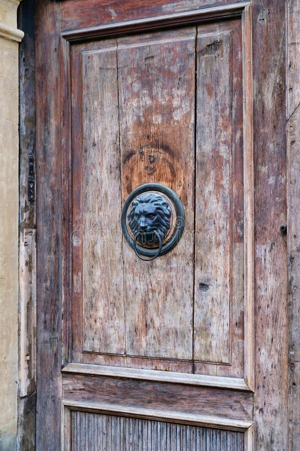 在老木门,萨格勒布,克罗地亚的狮子顶头敲门人 免版税图库摄影