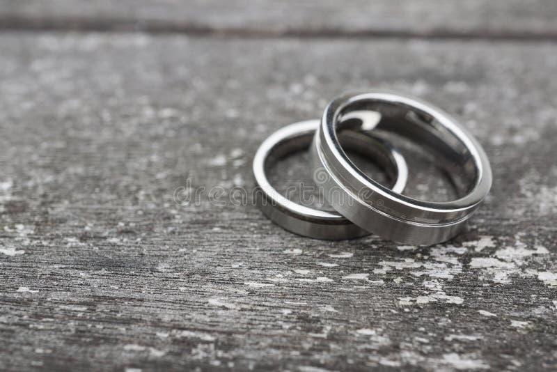 在老木头的婚戒 库存照片