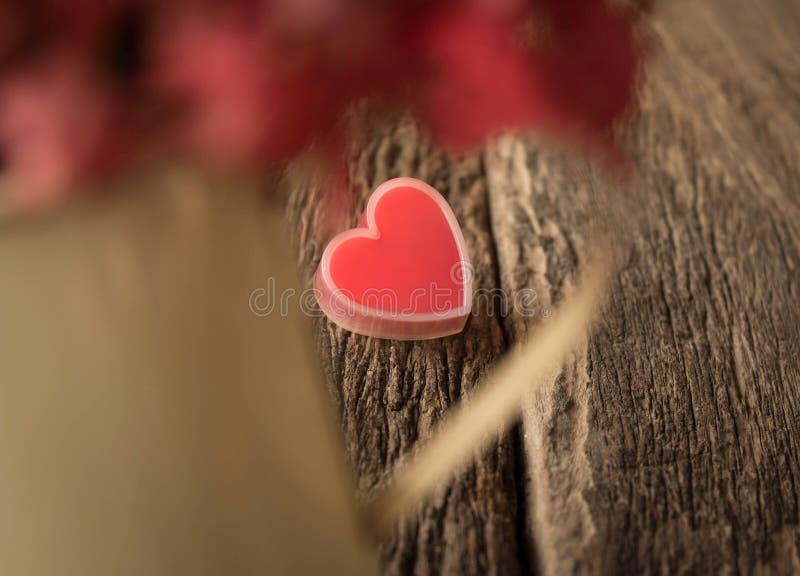 在老木头的红色心脏 库存图片