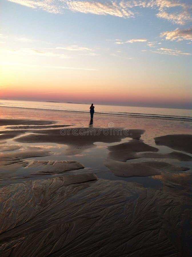 在老果树园海滩的日出在缅因 库存照片