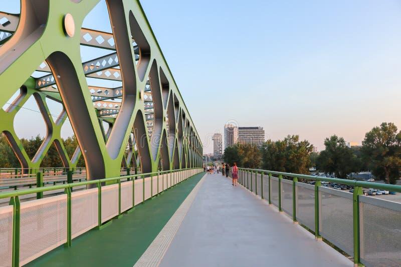在老桥梁的步行者和自行车路在布拉索夫,斯洛伐克 免版税库存照片