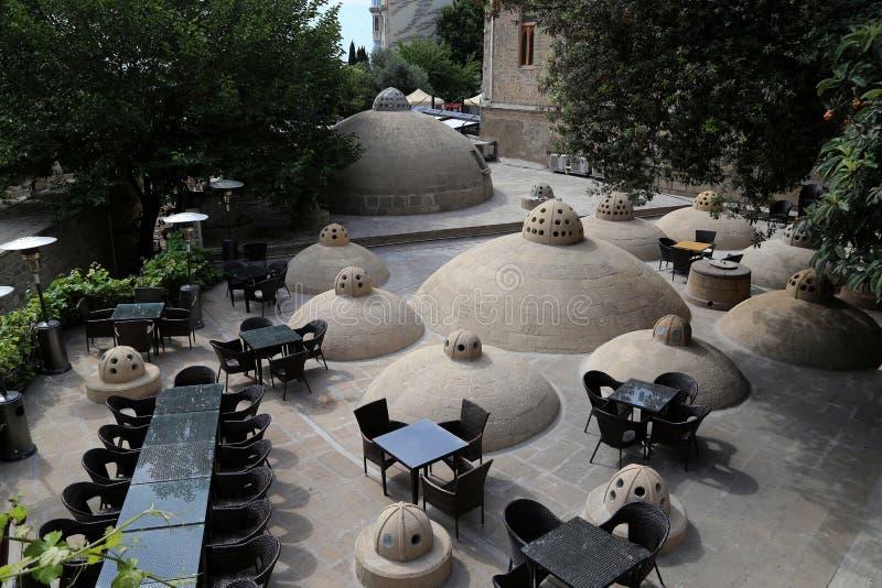 在老浴hammam屋顶的夏天咖啡馆在老镇Icheri Sheher 免版税库存图片