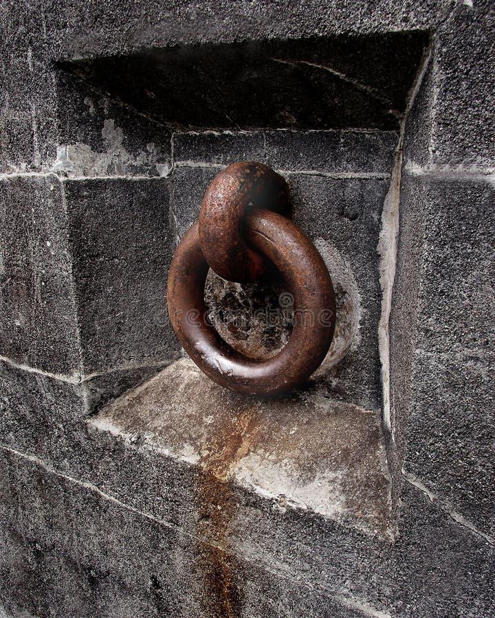 在老混凝土墙的生锈的栓物体的用具 免版税图库摄影