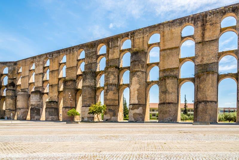 在老渡槽的看法在Elvas市,葡萄牙 免版税库存照片