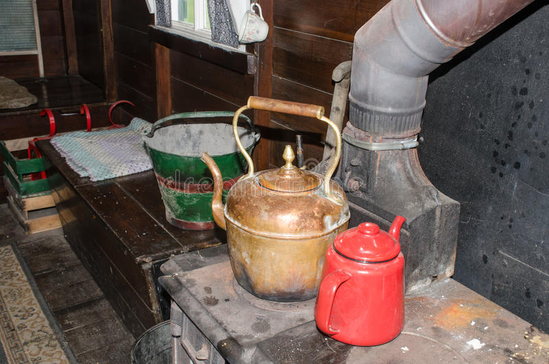 在老火炉的葡萄酒水壶在吉普赛有蓬卡车 库存图片