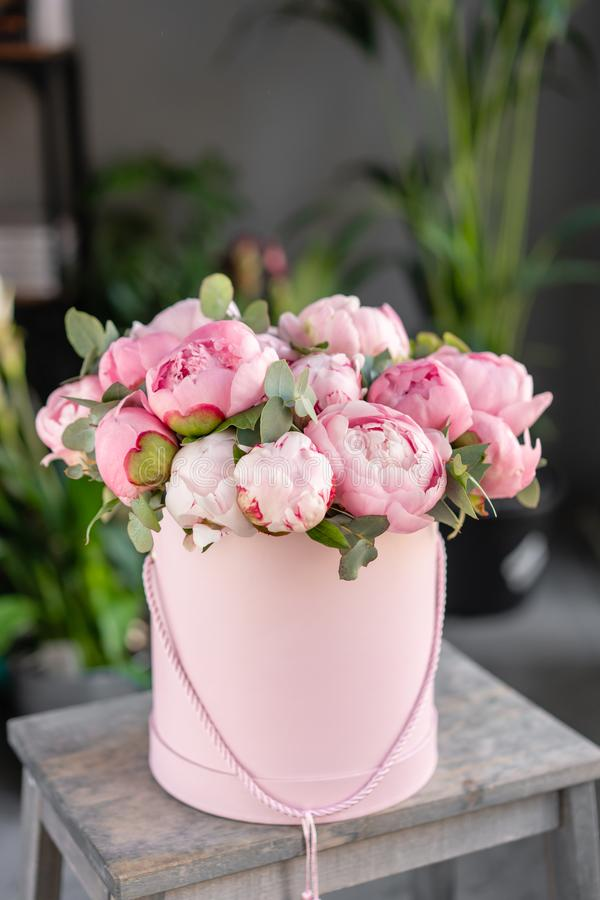 在老灰色桌上的桃红色牡丹 编目或网络商店的美丽的牡丹花 花卉商店概念 ?? 免版税库存图片