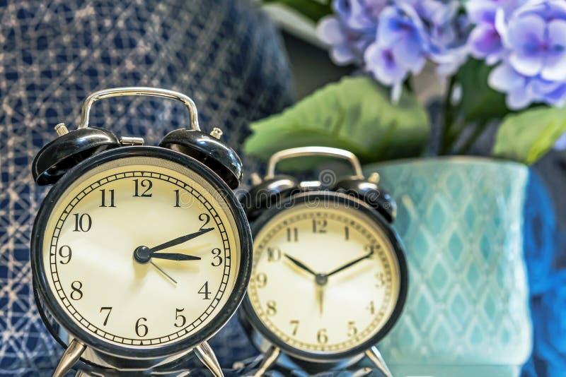在老牌的闹钟在现代内部 免版税库存图片