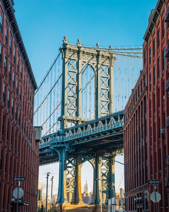 在老狭窄的布鲁克林街道,纽约, U的曼哈顿桥梁 图库摄影