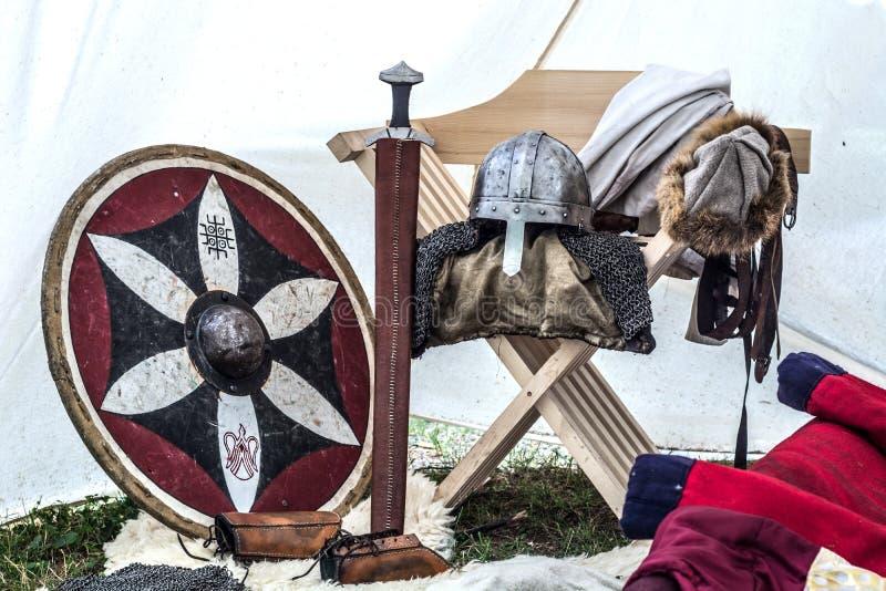 在老睡觉帐篷的中世纪骑士设备 图库摄影