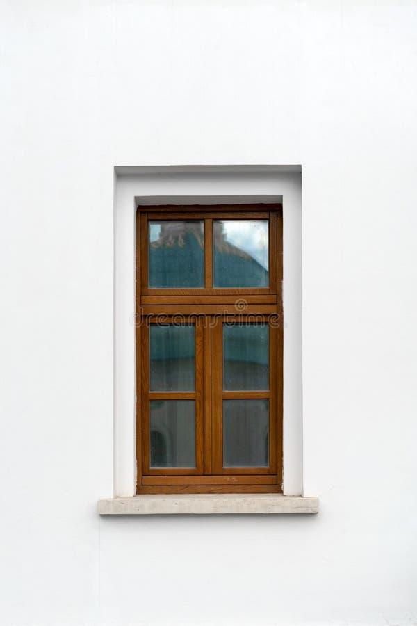 在老石墙的老窗口 免版税库存图片