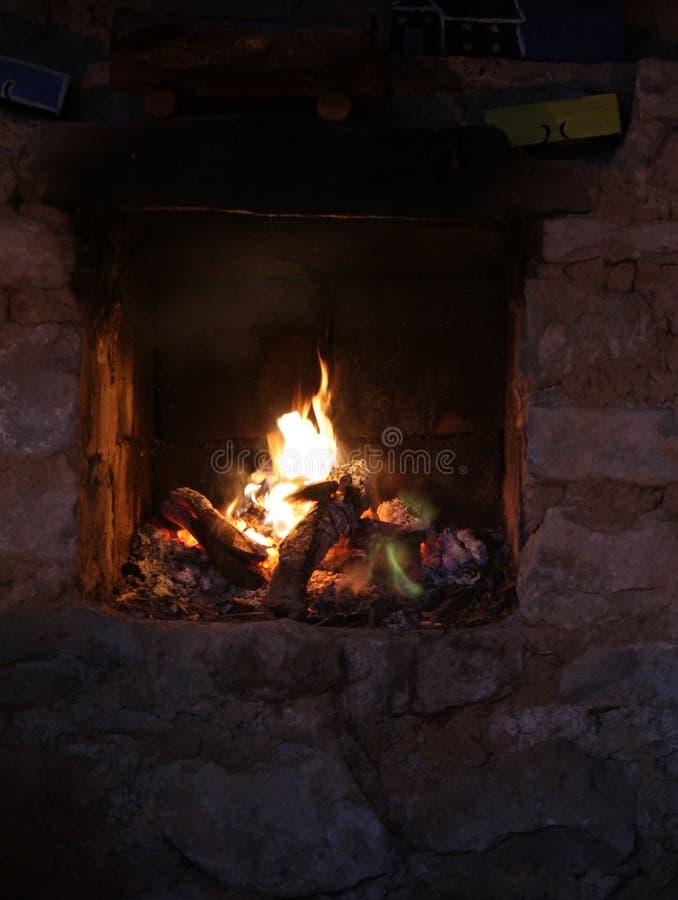 在老石壁炉的火 图库摄影