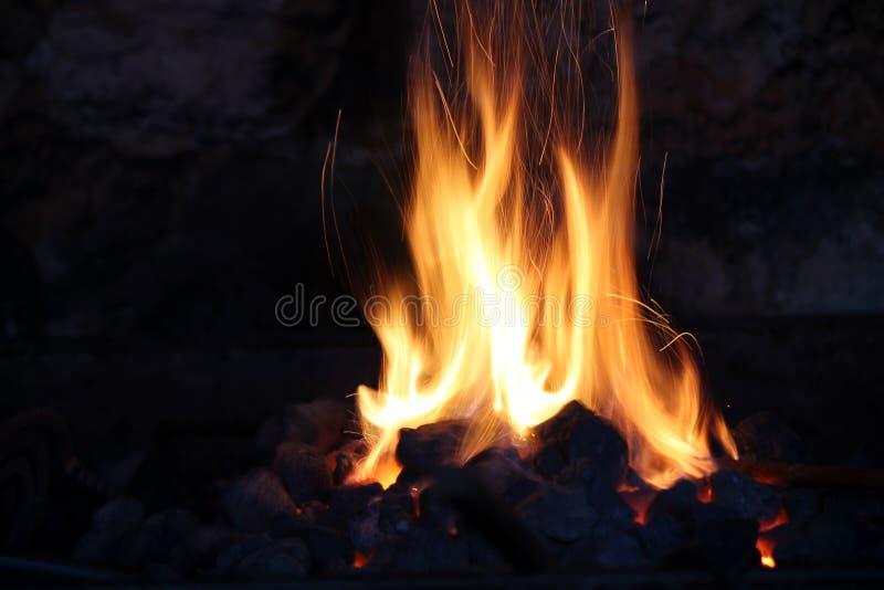 在老石壁炉的火 库存图片
