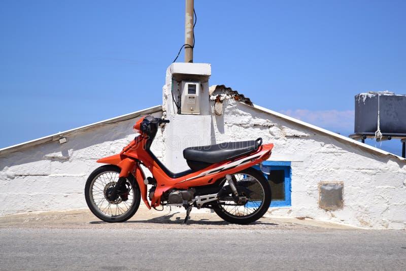 在老石房子前面的停放的滑行车 免版税图库摄影