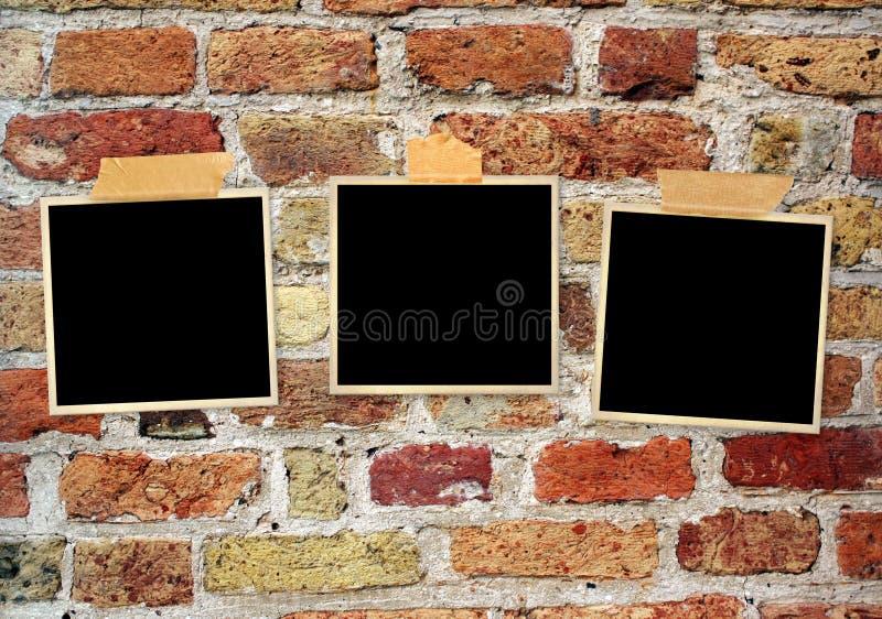 在老砖墙上的三张减速火箭的照片 免版税库存图片