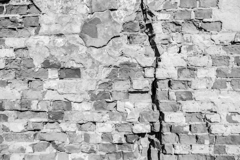 在老砖墙的大裂缝 免版税图库摄影