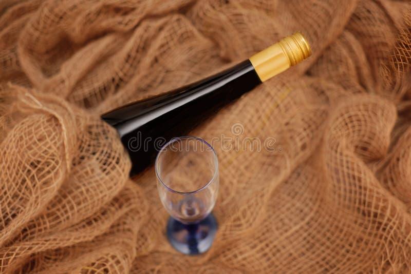 在老粗麻布的鲜美红酒 库存图片