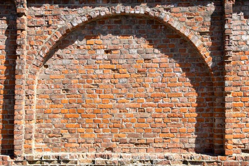 在老红砖墙壁的曲拱 库存图片