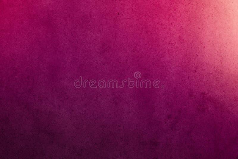 在老纸的深桃红色的梯度水彩油漆与五谷污点肮脏的纹理 库存照片