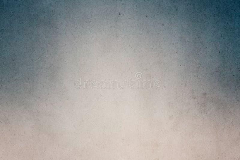 在老纸的黑白色梯度水彩油漆与背景的五谷污点肮脏的纹理摘要 图库摄影